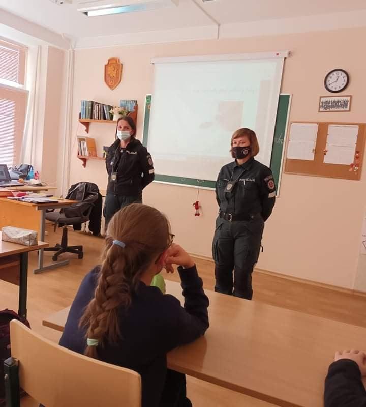 Klasės valandėlėje viešėjo pareigūnės